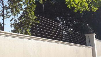cerco eléctrico perimetral sobre muro de la casa