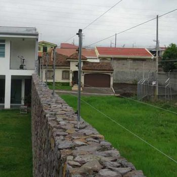 Cerco eléctrico perimetral sobre muro