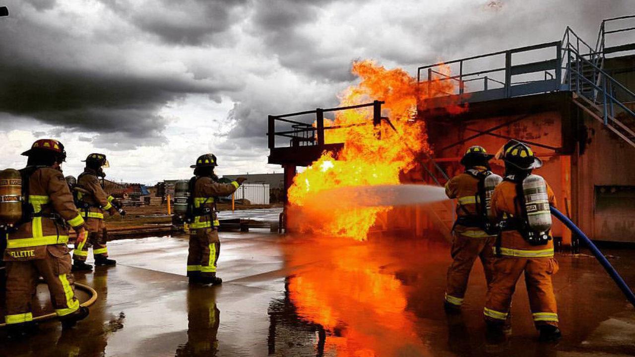 bomberos atendiendo una alarma de sistemas de detección de incendios